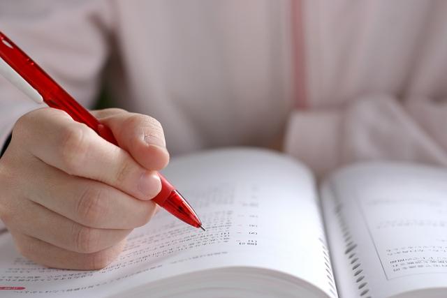 受験勉強に集中する小学生