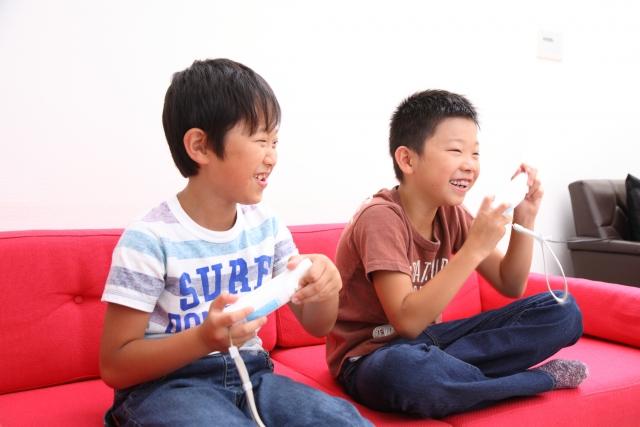 ゲームで遊ぶ小学生