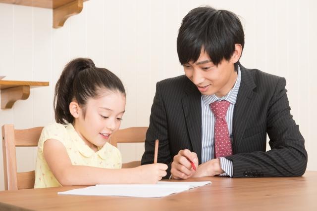 コツコツ勉強する小学生