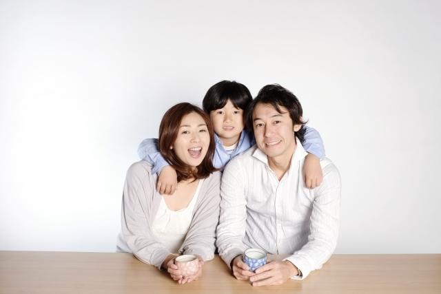 低学年の子と両親